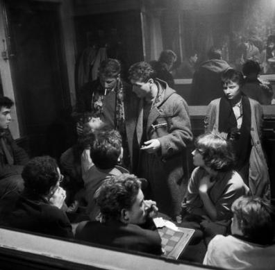 Bohèmes, café Chez Moineau, Paris, 1953.