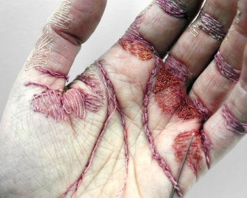 eliza-bennett-sews-thread-into-her-flesh-designboom-02