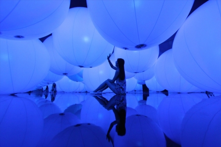 luminous-colored-spheres-by-team-lab-respond-to-human-touch-designboom-05-