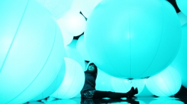 luminous-colored-spheres-by-team-lab-respond-to-human-touch-designboom-13-