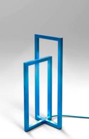 Lampe, structure laquée turquoise. Série limitée à 8 exemplaires et 2 épreuves d'artiste. Signés et numérotés. Dimensions : Hauteur 40 cm section - Longueur 16 cm Profondeur 15 cm