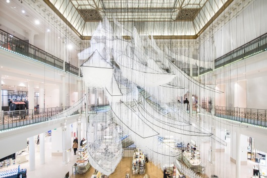where-are-we-going-installation-de-chiharu-shiota-au-bon-marche-rive-gauche-copyright-gabriel-de-la-chapelle-3