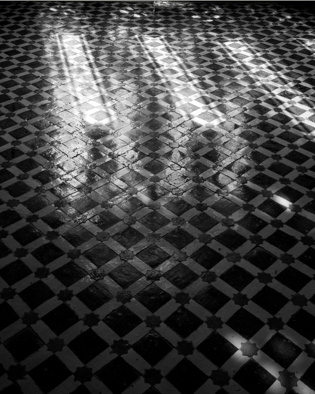 Lumière, réflexion sur le sol du palais El Mokri, Fès, Maroc, 2020
