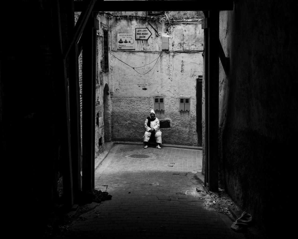 Pause en burnou, Fès, Médina, Maroc, gildalliere, 2020