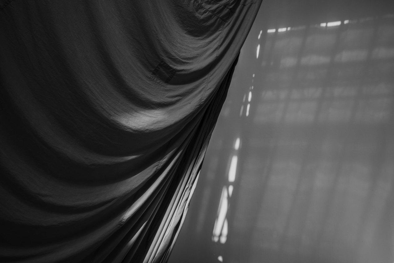 Le milieu est bleu, Ulla von Brandenburg, installation textile, Palais de Tokio, Paris, gildalliere, été, 2020